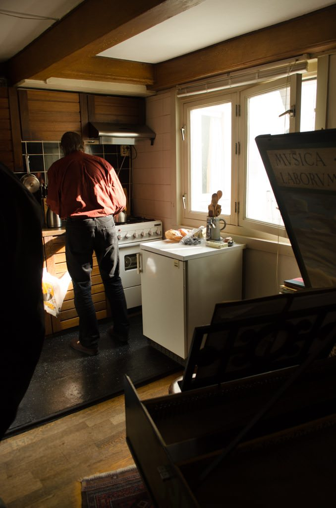 Our first visit: local Amsterdammer Niko makes us tea in his kitchen. Photo © 2015 Aaron Saunders